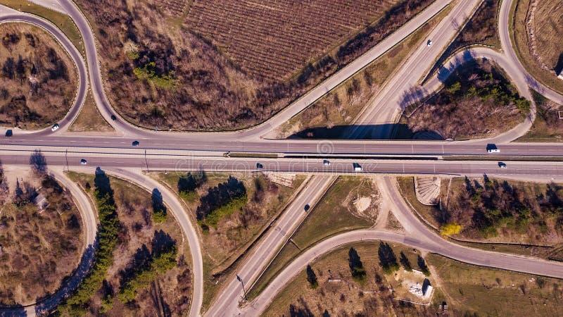 Εναέρια κορυφή κάτω από την άποψη της κυκλοφορίας οδικών συνδέσεων ανταλλαγής στοκ εικόνες