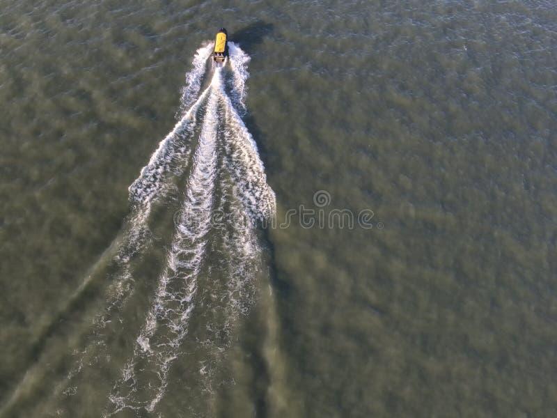 Εναέρια κορυφή κάτω από την άποψη της λέμβου ταχύτητας Watertaxi που ταξιδεύει μέσω του ποταμού στοκ εικόνα