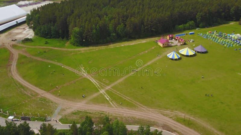 Εναέρια μεγάλη ομάδα όμορφων αγοριών και κοριτσιών παιδιών που τρέχουν με τα παιδιά στο πάρκο Ξένοιαστο καλοκαίρι δραστηριότητας  στοκ φωτογραφία