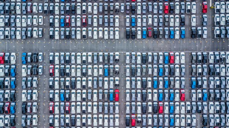 Εναέρια νέα αυτοκίνητα άποψης που παρατάσσονται στο λιμένα για την εισαγωγή και την εξαγωγή, στοκ φωτογραφίες