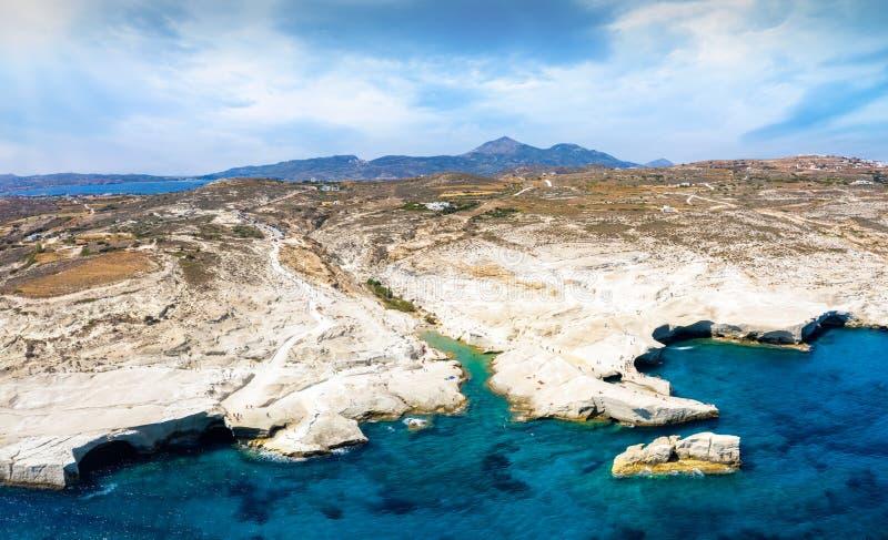 Εναέρια πανοράμα της παραλίας και του τοπίου Sarakiniko στο νησί Μίλος, Ελλάδα στοκ εικόνες με δικαίωμα ελεύθερης χρήσης