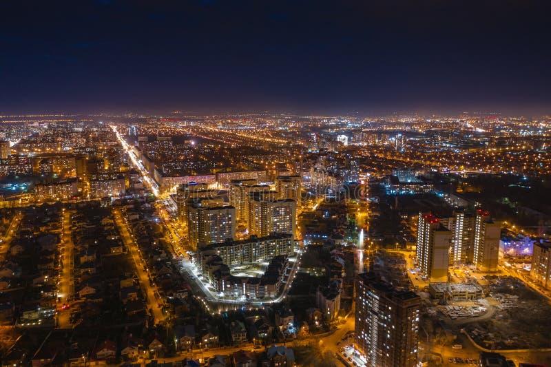 Εναέρια πανοραμική άποψη εικονικής παράστασης πόλης, πτήση σχετικά με τον κηφήνα επάνω από την πόλη Voronezh νύχτας με τους φωτισ στοκ φωτογραφίες