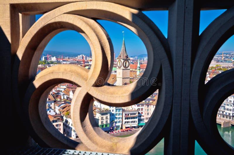 Εναέρια πανοραμική άποψη εικονικής παράστασης πόλης της Ζυρίχης μέσω της χαρασμένης πέτρας στοκ εικόνα με δικαίωμα ελεύθερης χρήσης