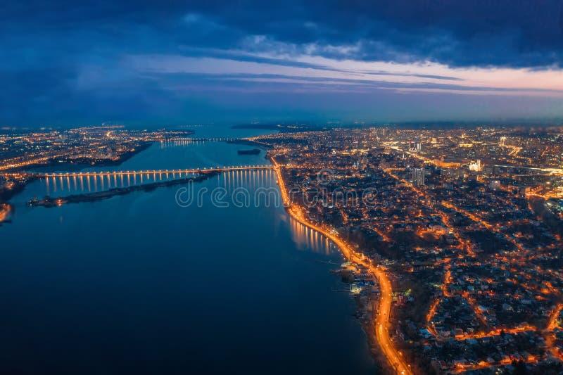 Εναέρια πανοραμική άποψη της πόλης Voronezh νύχτας με τους φωτισμένους δρόμους, τις γέφυρες πέρα από τον ποταμό και τις πολυκατοι στοκ εικόνα με δικαίωμα ελεύθερης χρήσης