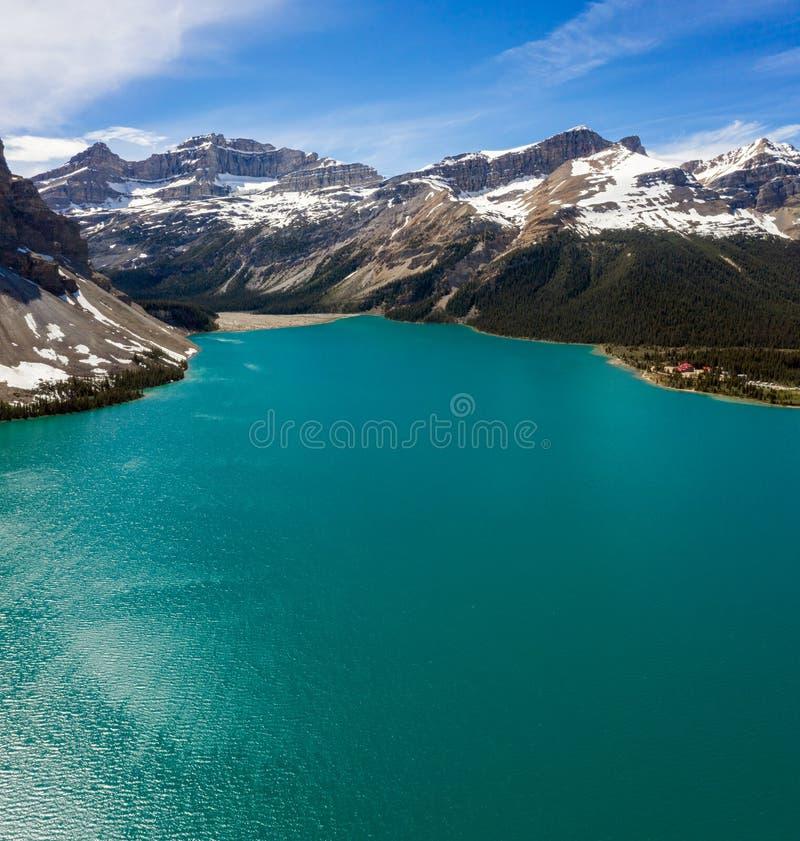 Εναέρια πανοραμική άποψη της φυσικής λίμνης τόξων με μια αντανάκλαση των βουνών στο χώρο στάθμευσης Icefields στο εθνικό πάρκο Ba στοκ φωτογραφία με δικαίωμα ελεύθερης χρήσης