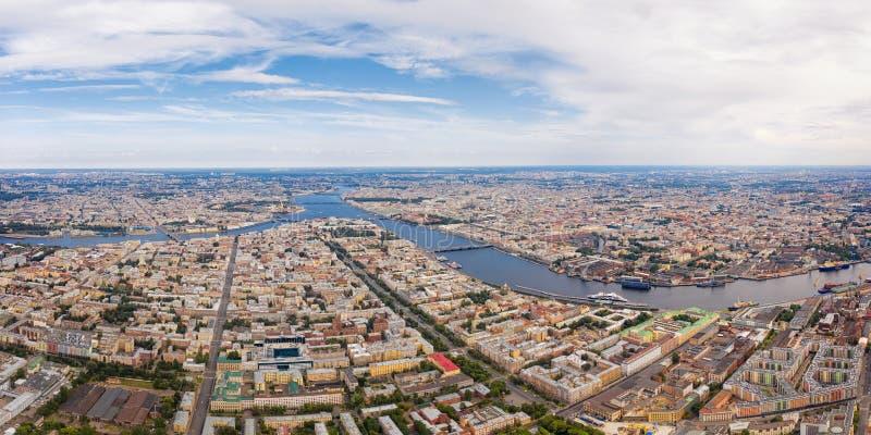 Εναέρια πανοραμική άποψη του ποταμού Neva και του ιστορικού κέντρου σε Άγιο Πετρούπολη, Ρωσία στοκ εικόνα με δικαίωμα ελεύθερης χρήσης