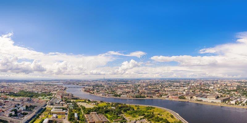 Εναέρια πανοραμική άποψη του ποταμού Neva σε Άγιο Πετρούπολη, Ρωσία με το διάστημα αντιγράφων στοκ εικόνες