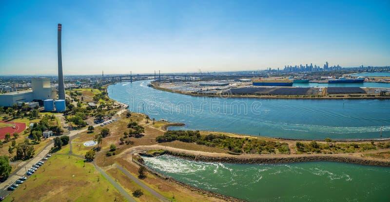 Εναέρια πανοραμική άποψη του σταθμού παραγωγής ηλεκτρικού ρεύματος του Νιούπορτ, γέφυρα δυτικών πυλών στοκ φωτογραφία