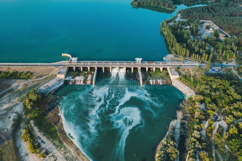 Εναέρια πανοραμική άποψη του συγκεκριμένου φράγματος στη δεξαμενή με το ρέοντας νερό, σταθμός παραγωγής ηλεκτρικού ρεύματος υδροη στοκ φωτογραφίες
