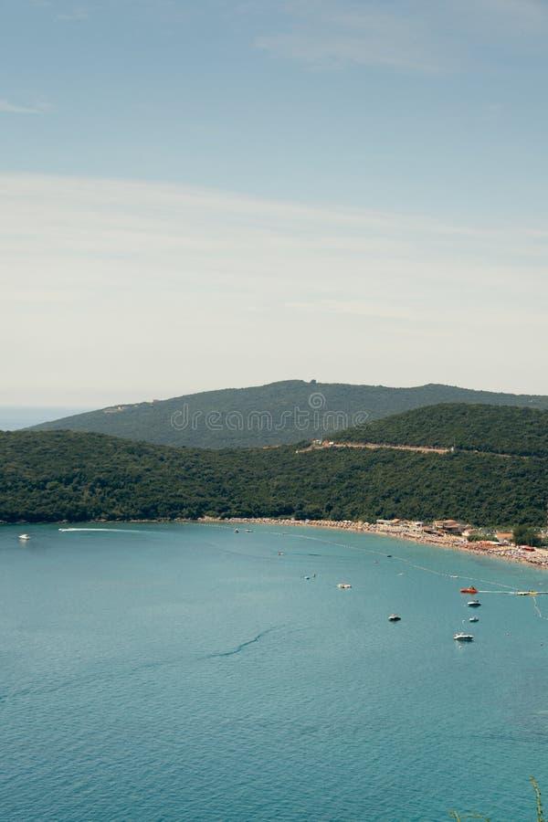 Εναέρια παραλία μπλε ουρανού του Μαυροβουνίου θάλασσας άποψης αδριατική ηλιόλουστη στοκ εικόνα