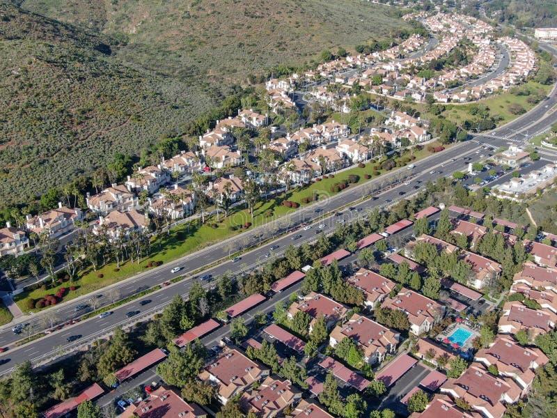 Εναέρια προαστιακή γειτονιά άποψης με τις ίδιες βίλες το ένα δίπλα στο άλλο στην κοιλάδα Σαν Ντιέγκο, Καλιφόρνια, στοκ εικόνες με δικαίωμα ελεύθερης χρήσης