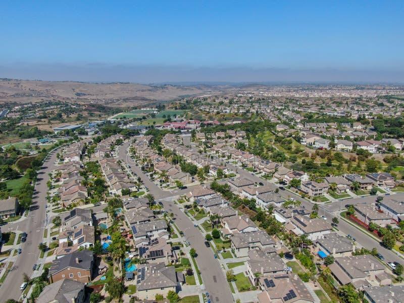 Εναέρια προαστιακή γειτονιά άποψης με τις μεγάλες βίλες στοκ εικόνα