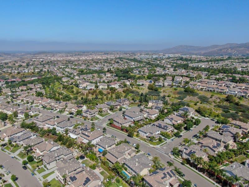 Εναέρια προαστιακή γειτονιά άποψης με τις μεγάλες βίλες στοκ φωτογραφία