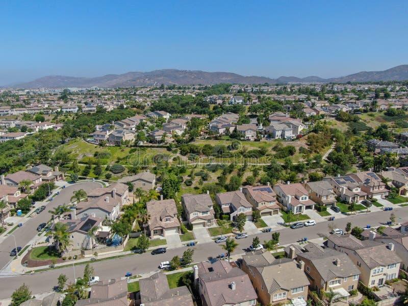 Εναέρια προαστιακή γειτονιά άποψης με τις μεγάλες βίλες στοκ εικόνες με δικαίωμα ελεύθερης χρήσης