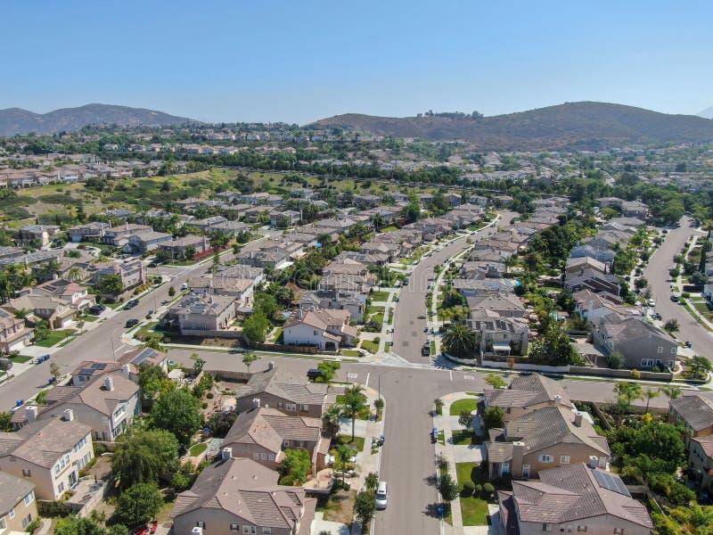 Εναέρια προαστιακή γειτονιά άποψης με τις μεγάλες βίλες στοκ εικόνα με δικαίωμα ελεύθερης χρήσης