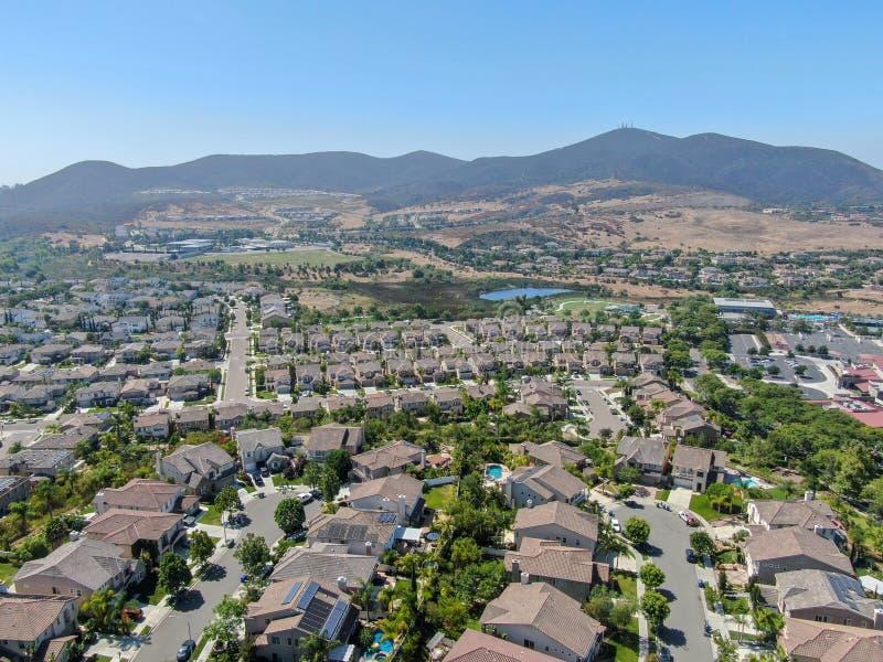 Εναέρια προαστιακή γειτονιά άποψης με τις μεγάλες βίλες στοκ εικόνες