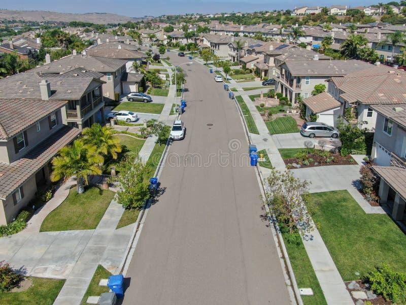 Εναέρια προαστιακή γειτονιά άποψης με τις μεγάλες βίλες στοκ φωτογραφίες