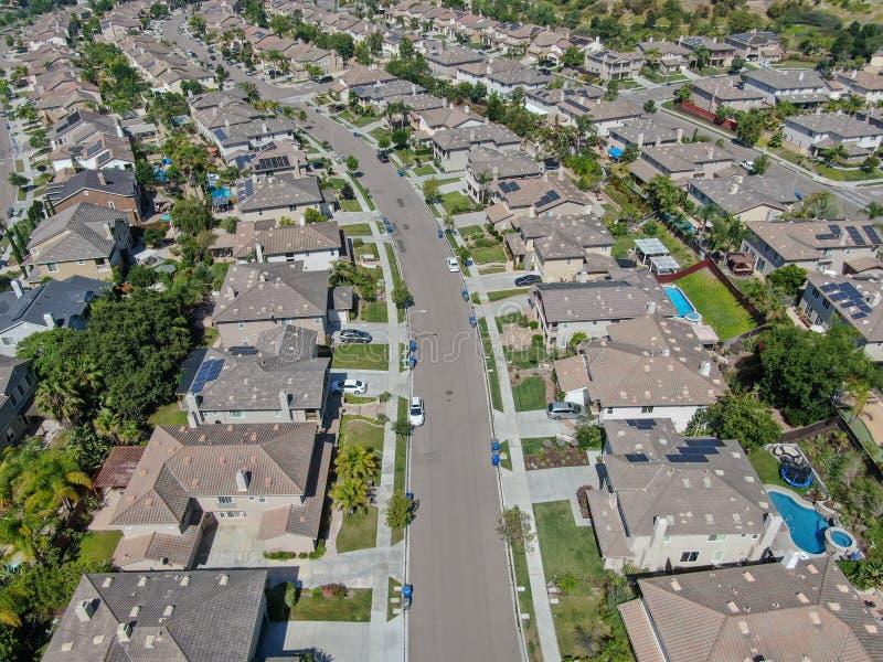 Εναέρια προαστιακή γειτονιά άποψης με τις μεγάλες βίλες στοκ φωτογραφία με δικαίωμα ελεύθερης χρήσης