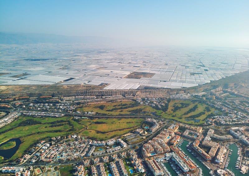 Εναέρια πόλη Almerimar φωτογραφίας κηφήνων και θερμοκήπια, Αλμερία, Ανδαλουσία, Ισπανία στοκ εικόνες