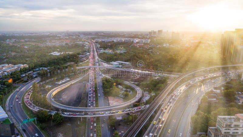 Εναέρια σύνδεση οδικών δικτύων εθνικών οδών άποψης ή διατομή για την εισαγωγή-εξαγωγή ή έννοια μεταφορών με το φως ηλιοφάνειας στοκ εικόνες