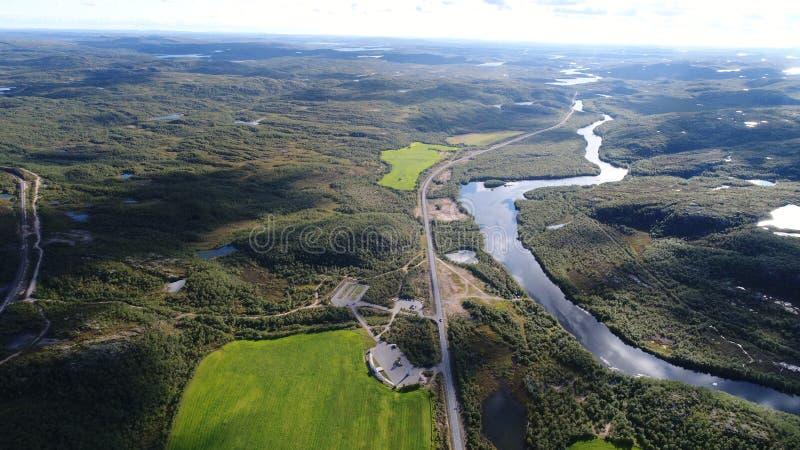 Εναέρια τοπ άποψη μιας εθνικής οδού μέσω ενός πράσινου αγροτικού τομέα στοκ εικόνα