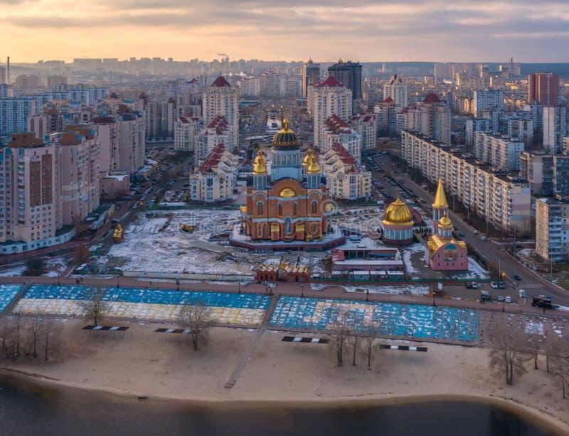 Εναέρια τοπ άποψη της άποψης πόλεων Dniepr καθεδρικών ναών sviato-Pokrovskyi και ποταμών στοκ εικόνα με δικαίωμα ελεύθερης χρήσης