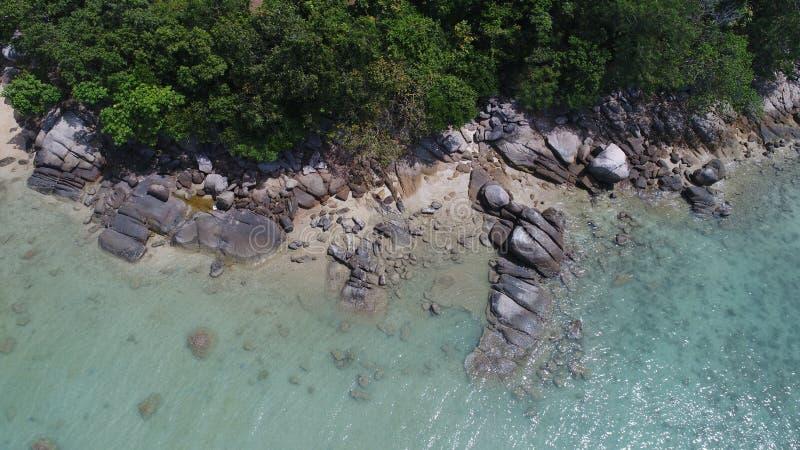 Εναέρια τοπ άποψη της θάλασσας, των βράχων και της ακτής μια από την παραλία σε Phuket στοκ φωτογραφίες με δικαίωμα ελεύθερης χρήσης