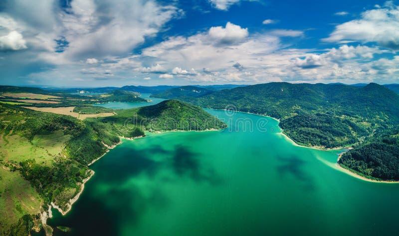 Εναέρια τοπ άποψη της λίμνης μεταξύ του δασικού, όμορφου panor βουνών στοκ φωτογραφία με δικαίωμα ελεύθερης χρήσης