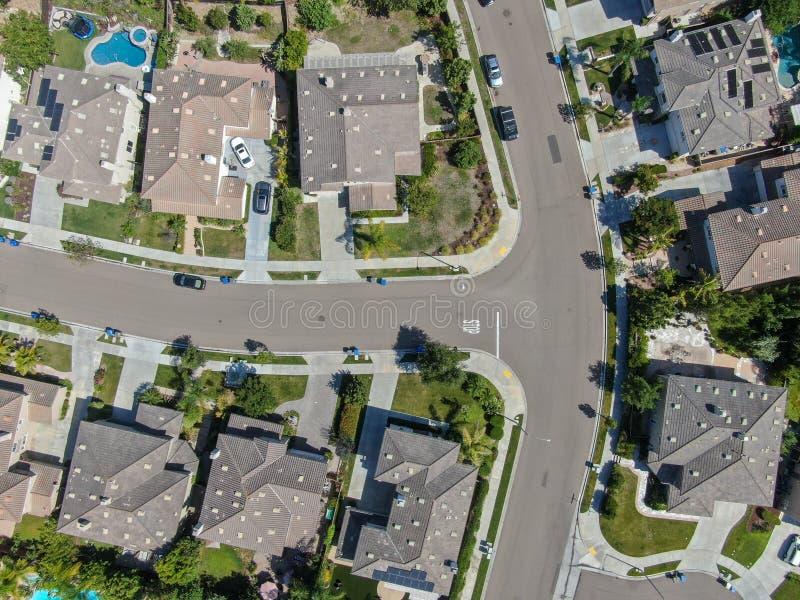 Εναέρια τοπ άποψη της προαστιακής γειτονιάς με τις μεγάλες βίλες στοκ φωτογραφίες με δικαίωμα ελεύθερης χρήσης