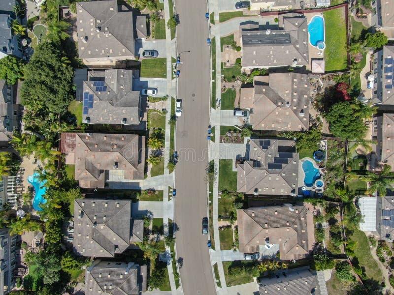 Εναέρια τοπ άποψη της προαστιακής γειτονιάς με τις μεγάλες βίλες στοκ εικόνες