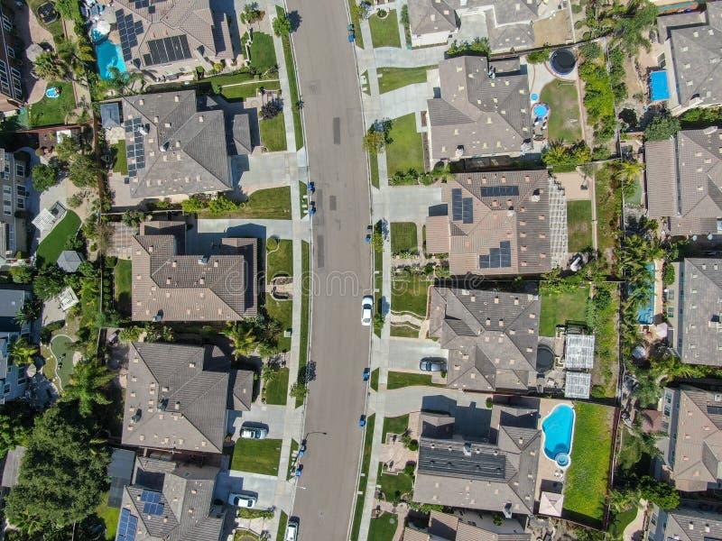 Εναέρια τοπ άποψη της προαστιακής γειτονιάς με τις μεγάλες βίλες στοκ φωτογραφία με δικαίωμα ελεύθερης χρήσης