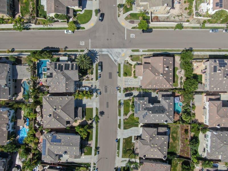 Εναέρια τοπ άποψη της προαστιακής γειτονιάς με τις μεγάλες βίλες στοκ εικόνα