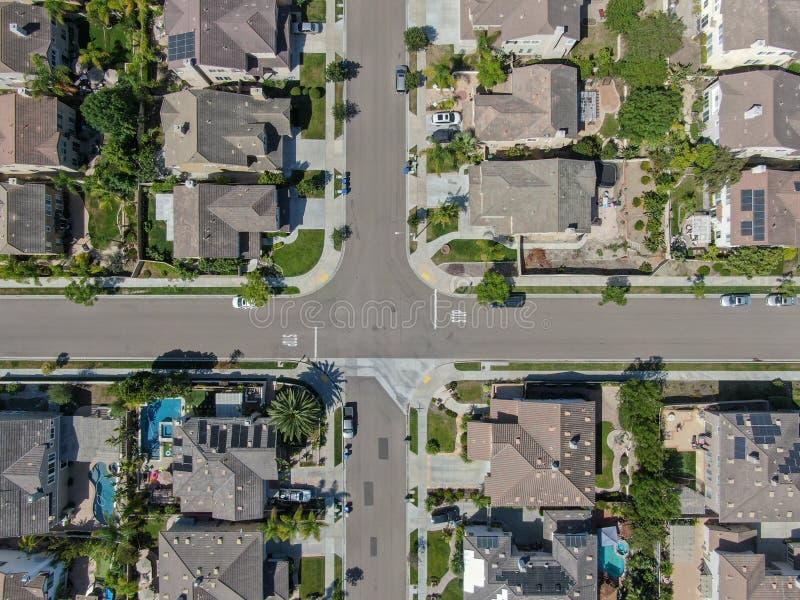 Εναέρια τοπ άποψη της προαστιακής γειτονιάς με τις μεγάλες βίλες στοκ εικόνα με δικαίωμα ελεύθερης χρήσης