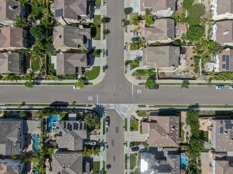 Εναέρια τοπ άποψη της προαστιακής γειτονιάς με τις μεγάλες βίλες στοκ εικόνες με δικαίωμα ελεύθερης χρήσης