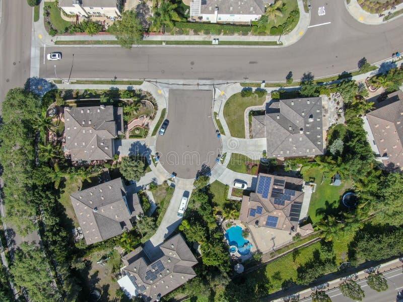 Εναέρια τοπ άποψη της προαστιακής γειτονιάς με τις μεγάλες βίλες στοκ φωτογραφία
