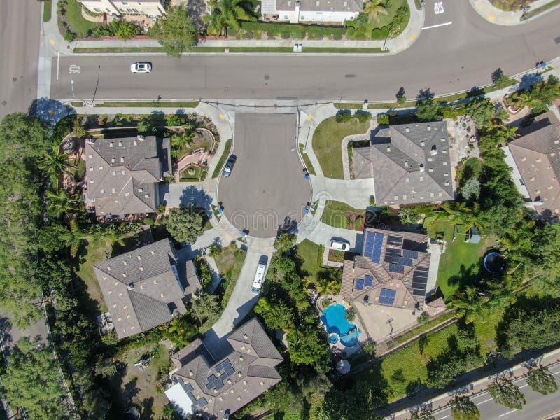 Εναέρια τοπ άποψη της προαστιακής γειτονιάς με τις μεγάλες βίλες στοκ φωτογραφίες