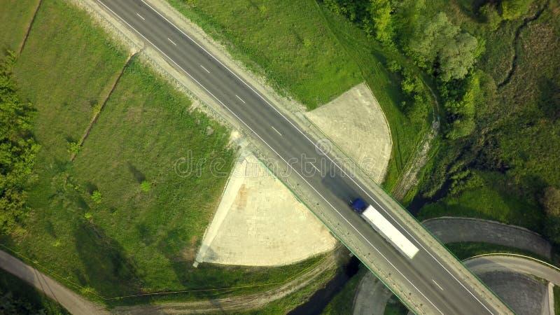 Εναέρια τοπ άποψη του άσπρου φορτηγού με το ημι ρυμουλκό φορτίου που προχωρά στοκ εικόνα
