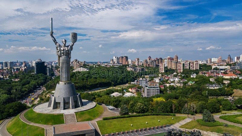 Εναέρια τοπ άποψη του μνημείου αγαλμάτων μητέρας πατρίδας του Κίεβου στους λόφους άνωθεν και τη εικονική παράσταση πόλης, Kyiv, Ο στοκ φωτογραφίες
