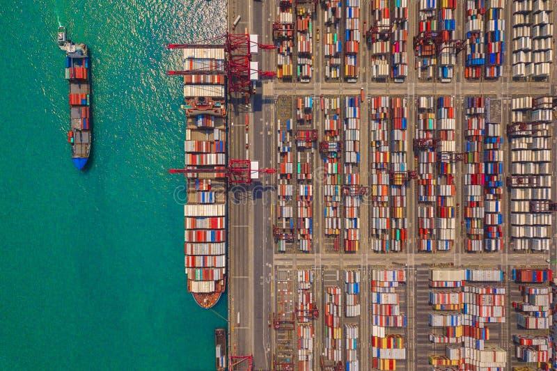 Εναέρια τοπ άποψη του φορτηγού πλοίου εμπορευματοκιβωτίων στα διεθνή αγαθά εξαγωγής και επιχειρήσεων και διοικητικών μεριμνών εισ στοκ φωτογραφία