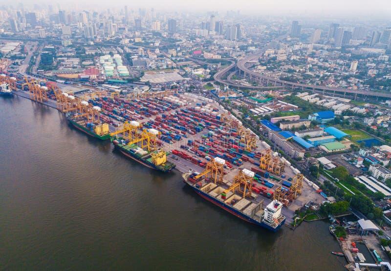 Εναέρια τοπ άποψη του φορτηγού πλοίου εμπορευματοκιβωτίων στην εξαγωγή και την εισαγωγή στοκ εικόνες με δικαίωμα ελεύθερης χρήσης