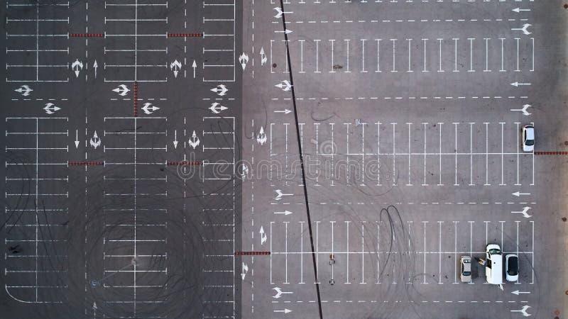 Εναέρια τοπ άποψη του χώρου στάθμευσης με πολλά αυτοκίνητα άνωθεν, τη μεταφορά και την αστική έννοια στοκ εικόνα
