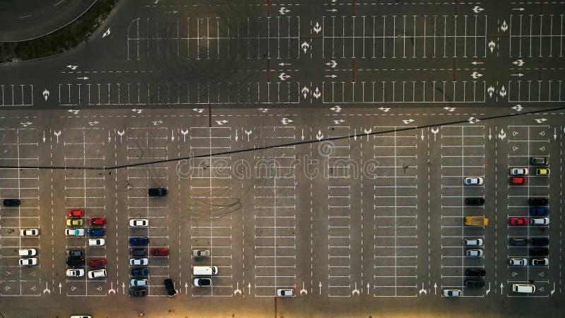 Εναέρια τοπ άποψη του χώρου στάθμευσης με πολλά αυτοκίνητα άνωθεν, τη μεταφορά και την αστική έννοια στοκ εικόνες