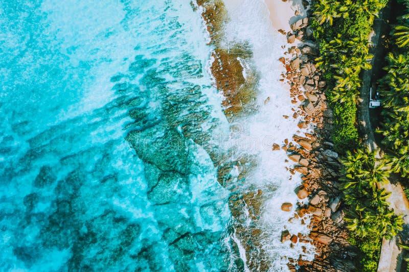 Εναέρια φωτογραφία της παράξενης τροπικής παραλίας Anse Bazarca παραδείσου στο νησί Mahe, Σεϋχέλλες Θερινές διακοπές, ταξίδι και στοκ εικόνες με δικαίωμα ελεύθερης χρήσης