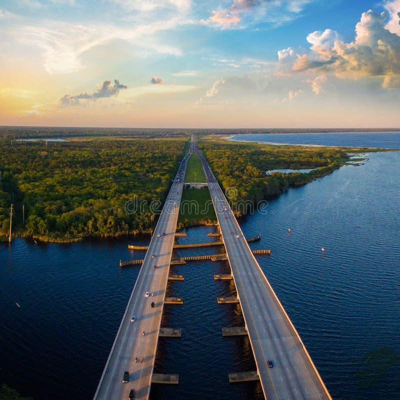Εναέρια φωτογραφία του ποταμού του ST Johns και διακρατικό I4 στη Φλώριδα στοκ εικόνες