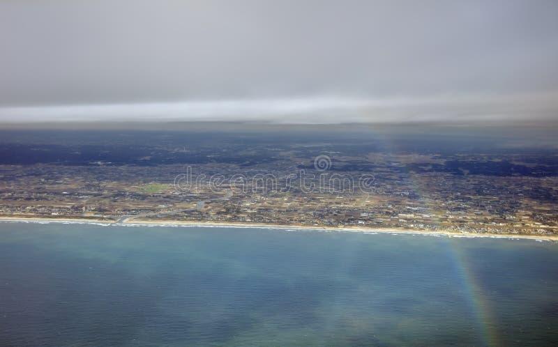 Εναέρια φωτογραφία του τοπίου και της ακτής της Ιαπωνίας γύρω από τον κόλπο του Τόκιο που τεντώνει όλο τον τρόπο στον ορίζοντα κα στοκ εικόνες
