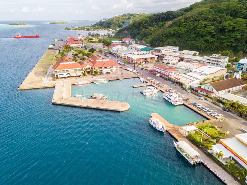 Εναέρια φωτογραφία Uturoa, γαλλική Πολυνησία: Κέντρο της πόλης, λιμάνι λιμένων, και πορθμεία σε Tahaa Raiatea, Leeward/νησιά κοιν στοκ φωτογραφία με δικαίωμα ελεύθερης χρήσης