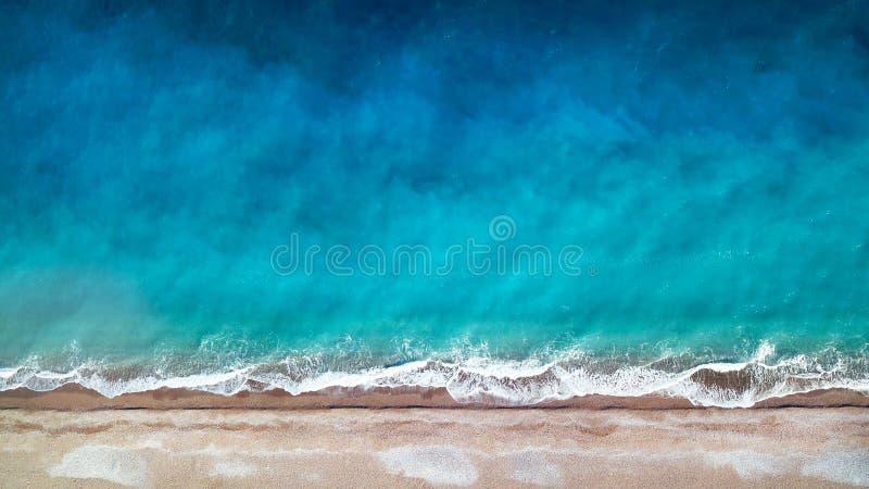 εναέρια όψη Τοπ όψη Καταπληκτικό υπόβαθρο φύσης Το χρώμα του νερού και υπέροχα φωτεινός Κυανή παραλία με τα δύσκολα βουνά και στοκ εικόνα