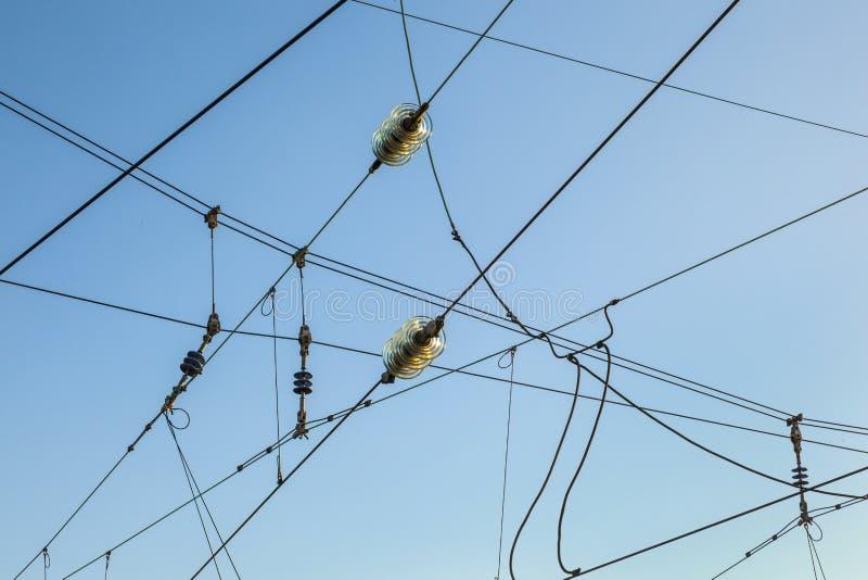 Εναέριες γραμμές σιδηροδρόμου ενάντια στο σαφή μπλε ουρανό στοκ φωτογραφίες