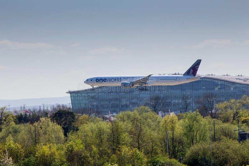 Εναέριοι διάδρομοι Boeing 777 του Κατάρ στην προσέγγιση στον αερολιμένα Heathrow στοκ φωτογραφία