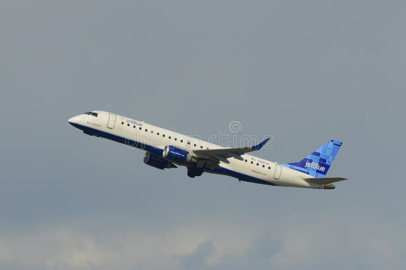 Εναέριοι διάδρομοι θλεμψραερ 190 Jetblue στον αερολιμένα της Βοστώνης στοκ εικόνα